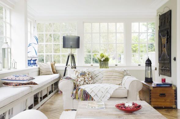 Co je to cottage? Přeloženo z angličtiny chata, chalupa. Cottage styl tedy znamená venkovský styl.Jak název napovídá, je cottage styl inspirovaný kulturou chataření a chalupaření. Navozuje uvolněnou atmosféru prázdnin a působí velmi neformálně. Světlé, přívětivé a útulné interiéry v cottage stylu přímo vyzývají k tělesné i duševní relaxaci.