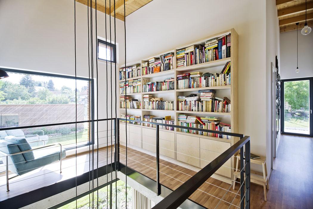 Galerie s knihovnou je ideálním místem pro posezení v ústraní. Ani zde nechybí množství světla a výhled do zahrady.
