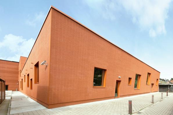 Fasáda technického institutu Gemeentelijke Technisch Instituut v belgickém městě Londerzeel, řešená pomocí systému StoBrick.