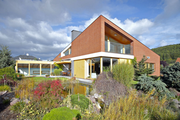 Dům se najihovýchodě otevírá výhledům dokrásné okolní přírody, hmota domu zde graduje avelkorysé otvory vefasádě přirozeně propojují dům se zahradou.