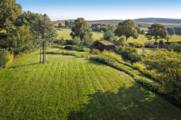 Celkové řešení iosázení zahrady byly přizpůsobeny okolní krajině. Převažují zde listnaté opadavé druhy. Sortiment byl volen isohledem naceloroční výraznou proměnlivost zahrady, tedy podzimní vybarvení, kvetení odčasného jara dopodzimu.