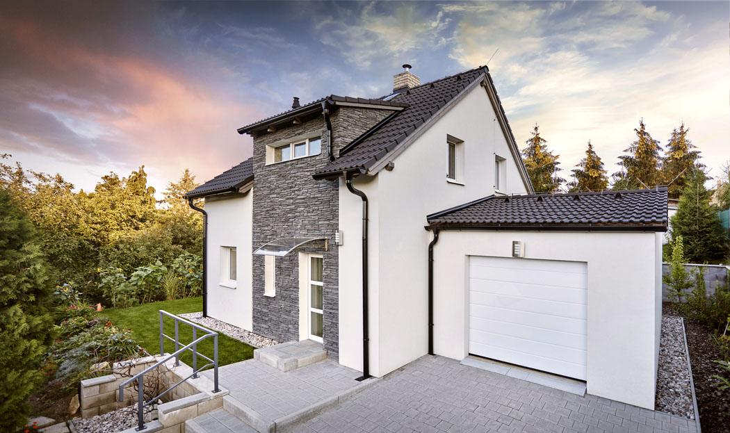 Obklad fasády imitující šedý štípaný kámen domu vyloženě sluší. Dodává mu osobitost  a krásně ladí se střechou z betonových tašek. (Zdroj: CANABA)