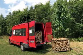 Nechcete shánět dřevo na celou topnou sezónu? HAAS+SOHN vám přiveze plnou dodávku dřeva až do domu.