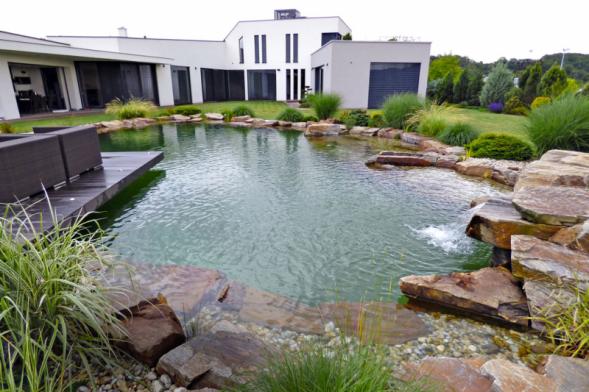 Při velkorysejších stavbách na zahradě se neobejdete bez velkých kamenů.