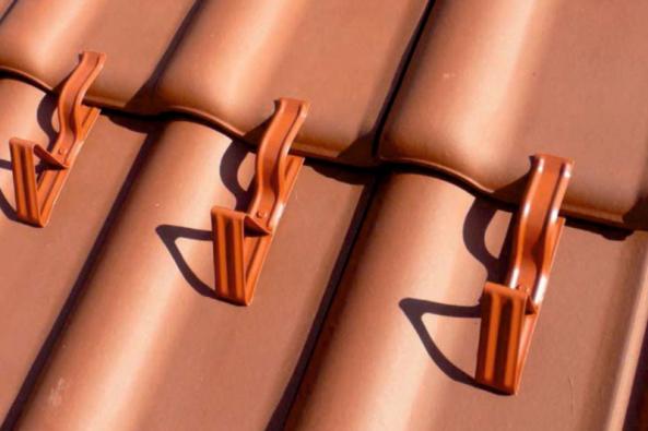 Nasadit, pootočit a hotovo! Tak jednoduché je upevnění novinky – univerzálního protisněhového háku QUICK-STOPP znabídky HPI-CZ. Háky QUICK-STOPP jsou optimální volbou při realizaci nové střechy, ale i při dodatečné montáži protisněhové ochrany, kdy, stejně jako běžné protisněhové háky, brání sklouzávání masy sněhu ze střechy, zajišťují rovnoměrné rozložení zatížení sněhem na střešních plochách a postupné rovnoměrné odtávání sněhové masy.