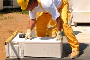 Sedíte právě nad výpočty a cenami svého budoucího domu či přestavby? Myslete na to, aby se úspora vmateriálu nepromítla později do vyšších nákladů nebo kratší životnosti materiálu. Vsoučasné době se prosazuje pro svou efektivitu a úspornost systémové řešení – kvalitní dodavatelé stavebních materiálů nabízejí ucelené řešení všech stavebních dílů včetně detailů a prvků pro povrchové úpravy... (Zdroj: Ytong - Xella)