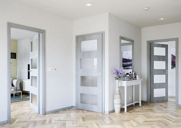 Příklad volby moderních interiérových dveří. Barva ladí svnitřním vybavením, výmalbou ipodlahou, prosklení dveře odlehčuje astará se odostatek světla (SOLODOOR)