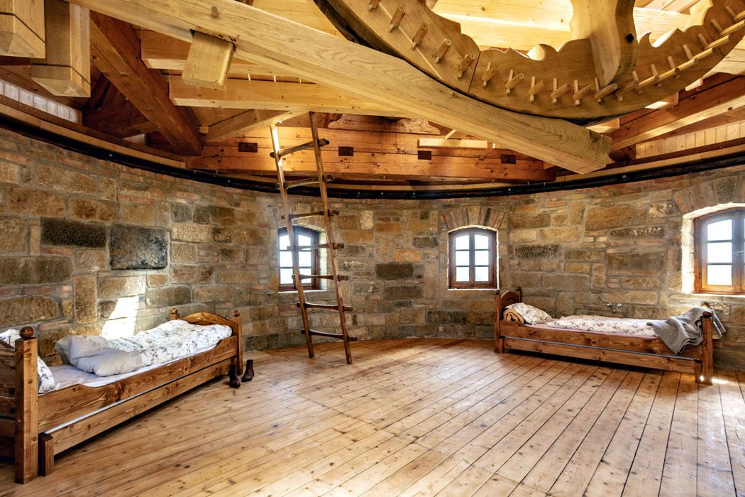 Poslední patro slouží jako hostinský pokoj sviditelným mlýnským mechanismem ustropu.