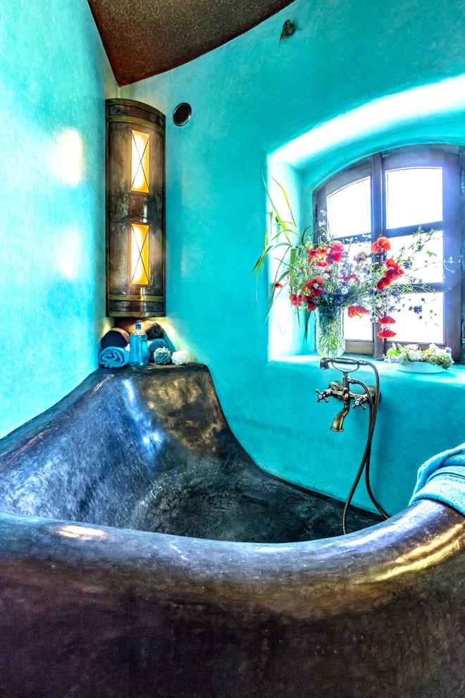 Krásu marockého štuku lze obdivovat zejména vněkolika koupelnách větrného mlýna. Zde jedna znich svanou akvětinami vokně.
