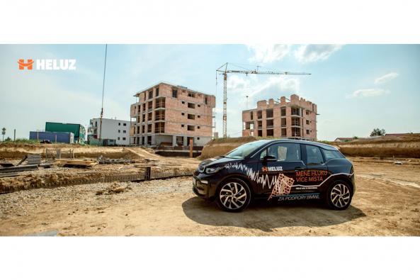 Akustickou cihlu HELUZ AKU KOMPAKT 21 broušenou přiveze na stánek HELUZ na své kapotě  tichý a prostorný ekologický vůz BMWi3