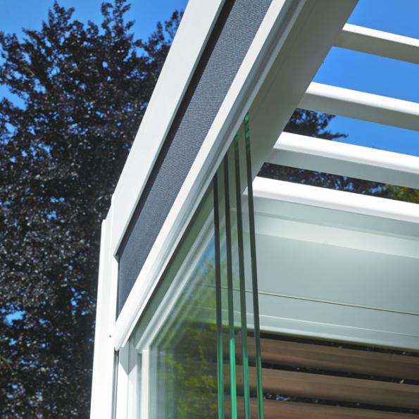 Skleněné posuvné prvky mohou jednoduchým způsobem z pergoly RENSON učinit také zimní zahradu. Přičemž na rozdíl od klasické zimní zahrady, kterou může přemíra slunce v některých chvílích zcela paralyzovat, tady lze kdykoli kompletní stěny odsunout