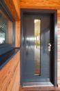 V tomto případě si majitelé vybrali bezpečnostní dveře NEXT SD 102 s praktickým prosklením, dřevěným obložením zárubní a nerezovým prahem