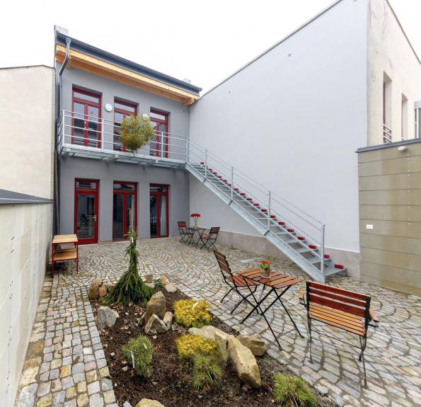 Prostor atria propojuje společný prostor mezi starým domem adepandancí. Jde ovelmi oblíbené aklidné místo, často využívané pro relax aodpočinek hotelových hostí.