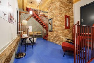 Společné podlaží druhého patra tvoří odpočinkový aklidný rozcestník před vstupem dosamotných apartmánů. Jde omísto plné neuvěřitelných akrásných detailů.