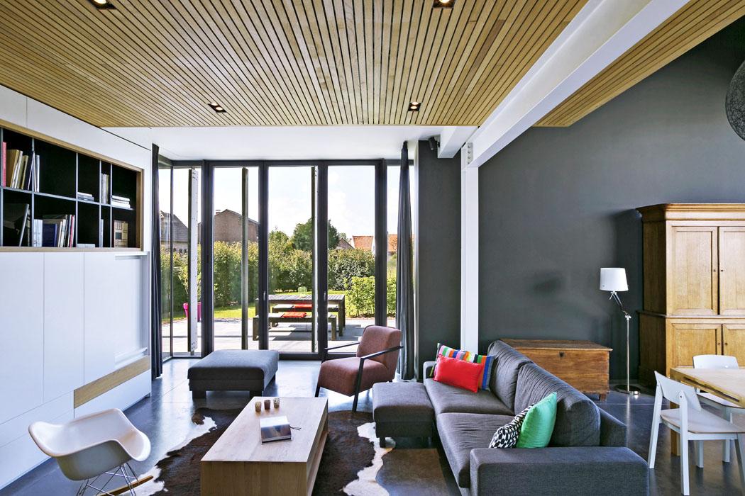 Interiér domu je otevřený spojitý prostor, kde se vyváženě kombinují tradiční anové materiály, moderní ahistorické prvky. Dřevo, cihla, betonová podlaha akamenné zdivo dodávají zemitost, ocel, sklo abílé lakované desky moderní technický vzhled. Díky promyšlenému návrhu prosklených ploch je tu dostatek světla, ale prostor se nepřehřívá  anení třeba klimatizace.