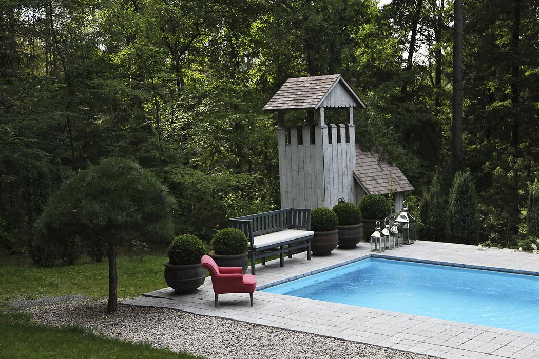 Rekonstrukcí prošel ibazén, vjehož okolí se nachází pohodlná lehátka adřevěný domek pro dětské hry.