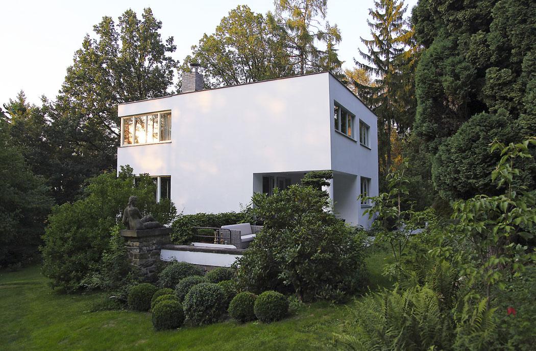 Promyšlená pozice vily dá vyniknout jejím čistým tvarům ze všech úhlů.