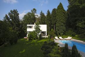 Vila z roku 1938 od architekta Richarda Podzemného, žáka Pavla Janáka, byla krásná od začátku, ale až vsymbióze svzrostlou zelení vokolí audržovanou zahradou vyzrála vopravdovou funkcionalistickou krásku.