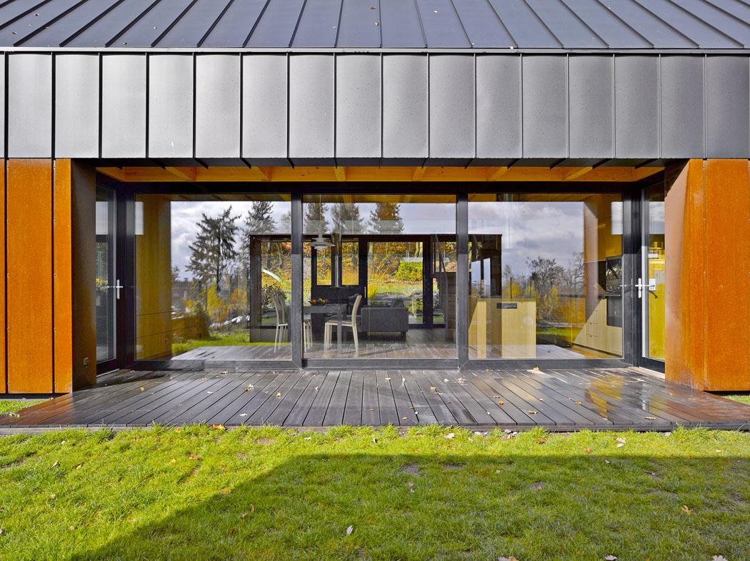 Střed domu je díky dvěma protilehlým proskleným plochám otevřený a transparentní.