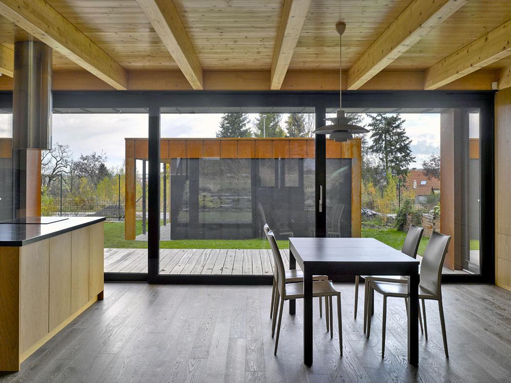 Foto zachycuje koncept vysunutí hmoty garáže z nitra domu ven k hranici pozemku.