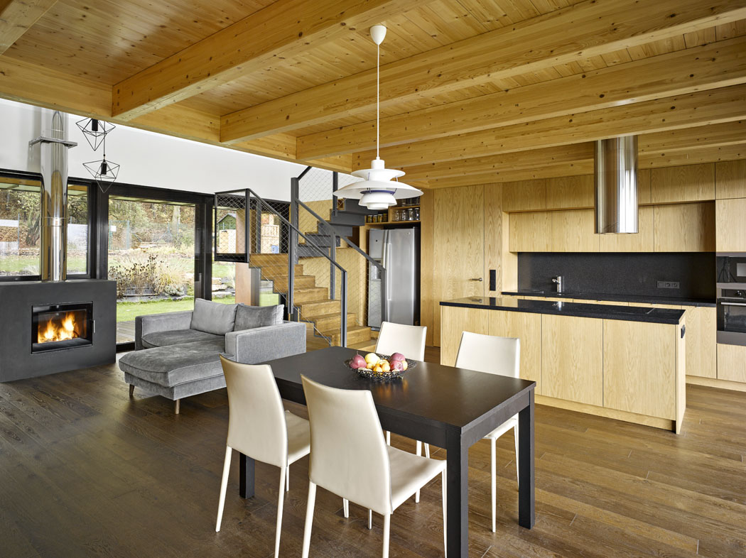 Veškeré vybavení interiéru (kromě sedacího nábytku) bylo vyrobeno na míru podle návrhu architektů. Antracitové a šedé kovové odstíny se harmonicky doplňují s přírodní dubovou dýhou i smrkovým dřevem, které je použito na sníženém trámovém stropě.