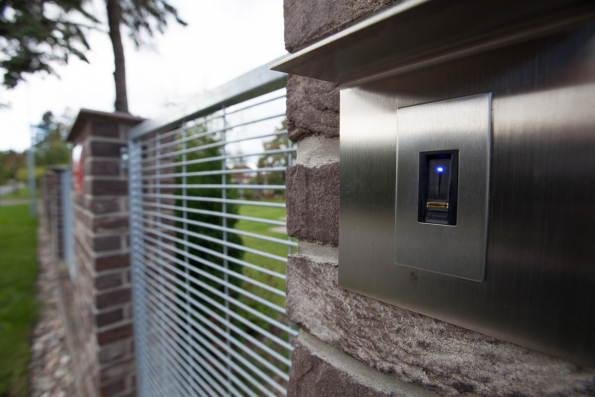 Čtečka otisků prstů patří mezi nejoblíbenější hi-tech doplňky k bezpečnostním dveřím. Pomocí tohoto systému si odemknete dveře bez použití klíče, stačí pouze přiložit prst (Zdroj: NEXT)