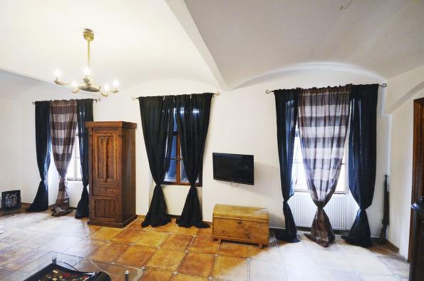 Prostor ložnice vpřízemí, kde můžete vidět kromě původní klenby ipečlivě zvolené terakotové dlaždice, kterými jsou pokryty podlahy vcelém přízemí.