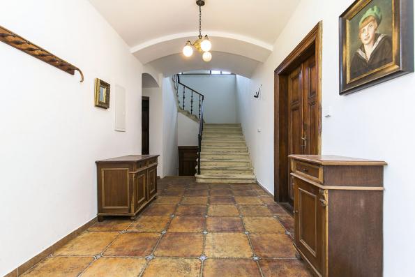 Chodba vpřízemí apůvodní tesané pískovcové schody, jejichž renovace dala panu Lavickému pořádně zabrat, nejtěžší bylo zbavit porézní kámen nevhodného nátěru.