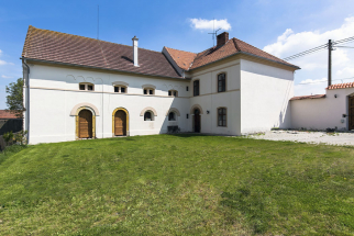 Pohled dodvora. Vpravo je vstup doobytné části, dvoje dveře vlevo vedou dotechnické části domu, kterou si nový majitel může upravit podle svého přání (SREALITY.CZ)