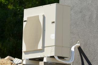 Vytápění a ohřev teplé vody pomocí tepelného čerpadla vzduch-voda je dnes velmi moderním a vysoce efektivním řešením při stavbě či rekonstrukci rodinného domu. Výrobce tepelných čerpadel De Dietrich nabízí ve svém programu hned několik variant a typů těchto zařízení. S výběrem toho správného pomohou čtyři zásadní kroky před samotnou realizací. (Zdroj: De Dietrich)
