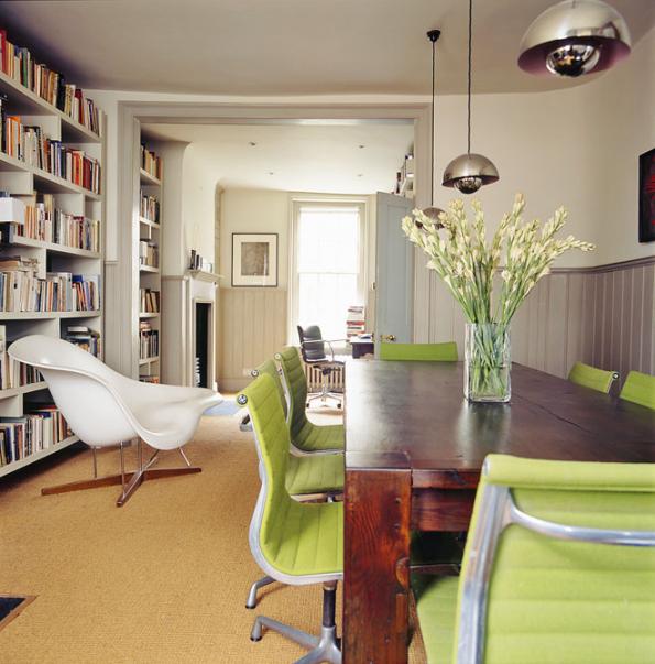 Moderní nábytek achromová svítidla vytvářejí vkombinaci stradičním sisalovým kobercem apalubkovým obložením stěn originální anečekaně svěží směs.
