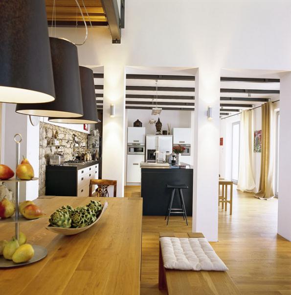 Osvědčenou kombinaci dubové podlahy sbílou omítkou alomovým zdivem tu odvážně oživují černé akcenty.