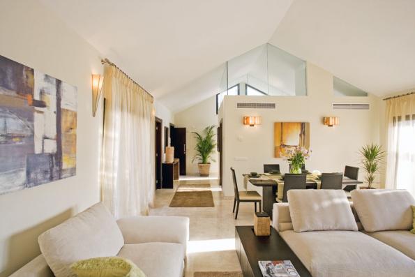 Prosazuje se navenkově avrodinných domech příměstských oblastí. Kombinuje tradici venkova selegancí města aaktuálními trendy, které zvyšují komfort bydlení. Moderní design vytváří shistorickým objektem atradičním nábytkem působivý kontrast.