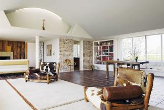 Venkovský interiér soblibou kombinuje měkce bílou sodstíny hnědé. Ipři záměrném omezení barevné škály může být výsledek atraktivní aživý, jak dokládá tento snímek.