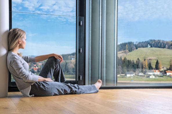 Dnešní skvěle zateplené domy s dobře utěsněnou obálkou stěn a střechy, nepochybně plní veškerá očekávání ve věci hospodaření s energiemi. Ano, v těchto objektech mají teplo. A to je dobrá zpráva. Ale nyní ono špatné sdělení: Tyto domy mají většinou nezdravé vnitřní klima. Kvalita vzduchu má na kondici lidí ohromný vliv. Hlavně jeho čistota, vlhkost a teplota rozhodují o našich schopnostech nejen dobře pracovat, ale také efektivně odpočívat. Je tedy nutností zajistit právě v domovech a na pracovištích nepřetržitý přísun čerstvého vzduchu. (Zdroj: Beam)