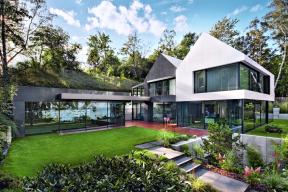 Elementární geometrické tvary avelké kompaktní hladké plochy jsou typickými znaky současného moderního designu, zatímco dvě sousedící průčelí svysokými trojúhelníkovými štíty odkazují nazdejší bohatou tradici středověké architektury