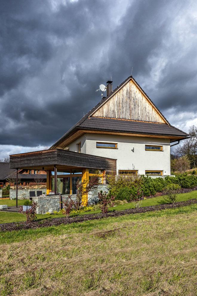 Z této strany bylo záměrem architekta, aby dům co nejvíc zapadl do tradičního stavebního pojetí obvyklého v této podhorské lokalitě. Ato se mu podle nás podařilo na výbornou.