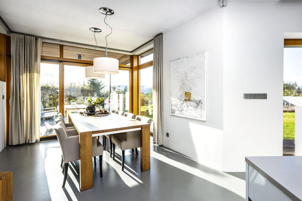 Před základní hmotu domu architekt důmyslně předsunul jídelnu, což umožnilo otevřít pohled doexteriéru hned ze dvou stran.