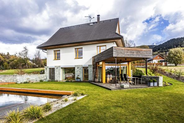Tvar domu, především střechy a štítů, reflektuje tradiční architekturu místních venkovských domů vycházející z drsných klimatických podmínek.