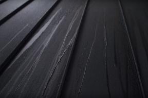 Klíčovým detailem každé střechy jsou spoje. Skutečnost, že střechou nesmí projít ani kapka, je pro nás samozřejmostí. Jak ukazuje následující video, ne u všech výrobců je to stejně jasné. Více prozradí test porovnání vodotěsnosti. (Zdroj: RUUKKI)