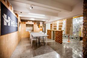 Na více než tisíc metrů čtverečních inspirace se rozšířilo Centrum bydlení a designu Křižíkova v pražském Karlíně, které bylo slavnostně otevřeno ve čtvrtek 11. října. Devět zbrusu nových, dispozičně oddělených, ale ideově propojených showroomů prezentuje materiály od hrubé stavby (cihelné výrobky HELUZ) až po interiérové osvětlení či dveře. Sloužit bude architektům, designérům, developerům i koncovým zákazníkům jako místo pro plánování schůzek, navazování vzájemné spolupráce při řešení projektů, ale především jako prostor, ve kterém může architekt i zákazník načerpat inspiraci pro stavbu nového domu či rekonstrukci bytu. (Zdroj: HELUZ)