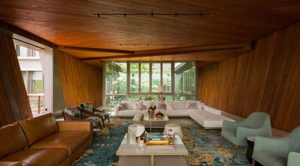 Nejzajímavější výhled, stejně jako design a pohodlí skýtá obývací pokoj, kostka v horním patře budovy. Interiér tvoří podlahy z onyxu a masivní teakové obložení. (Zdroj: Schüco, autor fotografie: Khoo Guojie, Singapore)