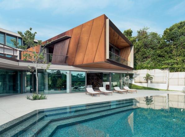 Hlavní obytná místnost majitelů je umístěna v prostoru kubických tvarů, který je zdůrazněn a vynesen díky obložení ocelovými plechy Corten s rezavou patinou. (Zdroj: Schüco, autor fotografie: Khoo Guojie, Singapore)