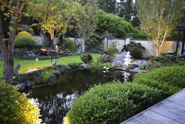 Světelné efekty dotváří příjemnou atmosféru vevečerní zahradě. Smyslem osvětlení není docílit světla jako vedne, ale zvýraznit zajímavé detaily  atím prokreslit celkovou strukturu zahrady.