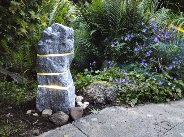 Svítící kámen – solitérní zahradní světelný objekt vyrobený zpřírodního lomového kamene kombinovaného svrstvami skla.
