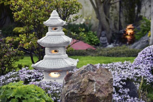 Zakázková výroba nevšedního dekorativního osvětlení vpodobě japonské lampy. Orientální zahradní prvky jsou dnes oblíbeny umnoha majitelů zahrad.