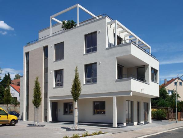 Rodinný dům pro více rodin v německém Hofheimu s fasádním systémem StoTherm Wood a minerální vrchní omítkou StoMiral.