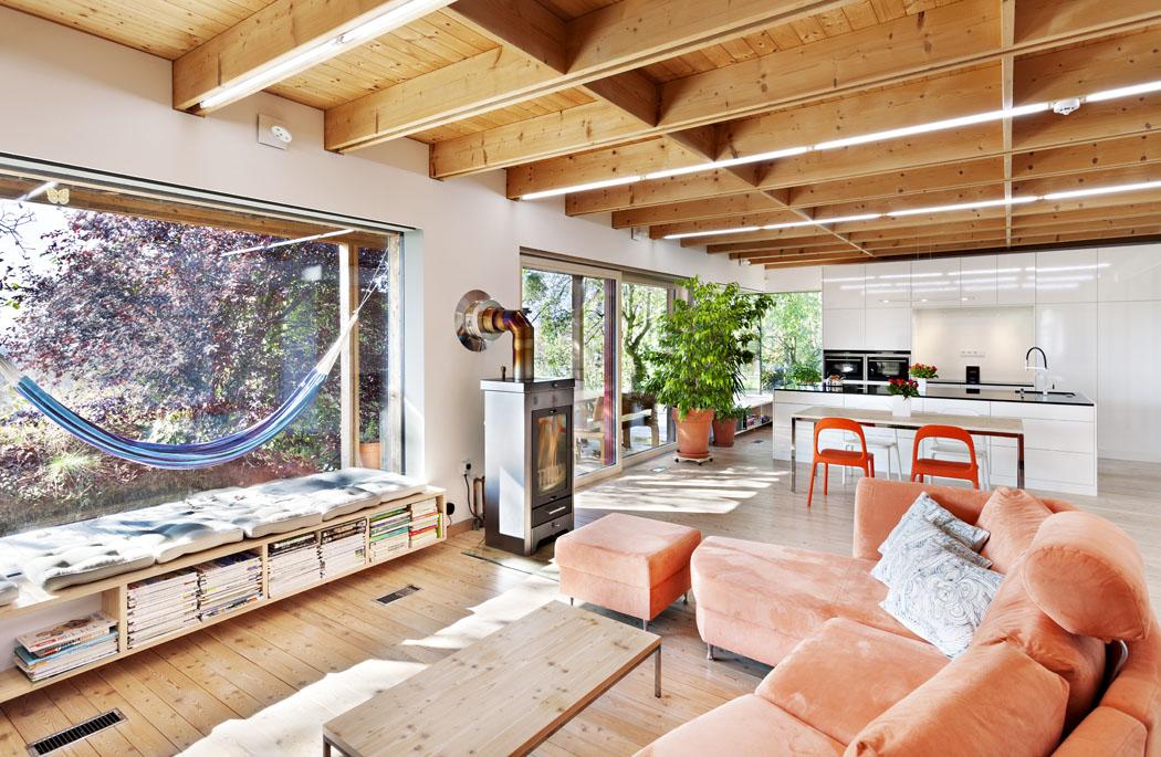 Největší předností každého domu nakopci je bezesporu vyhlídka. Atady je navíc zdánlivě součástí interiéru, obohacuje trojrozměrný, jinak vcelku jednoduchý prostor odalší dimenzi.