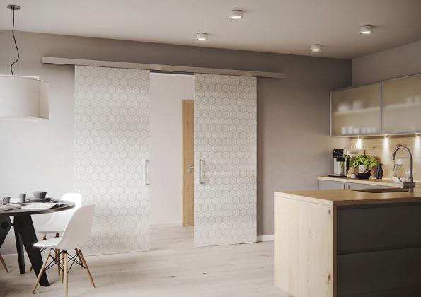 Celoskleněné dveře astěny zřady SAPGLASS využívají keramický tisk. Dekorační motivy můžete mít vněkolika barevných provedeních, každý vzor lze navíc individuálně přizpůsobit (SAPELI)