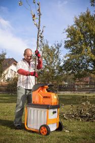 Zahradní drtič Powercut 2500 využijete při běžném zpracování větví na zahradě. Vyniká vysoce odolnými noži, díky kterým zvládne větve o průměru až 40 mm (MOUNTFIELD)